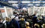 Pessoas tentando acessar a plataforma da estação Barra-Funda da Linha 3-Vermelha do Metrô SP