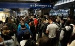 Pessoas tentando acessar a plataforma da estação Vila Prudente do Metrô SP