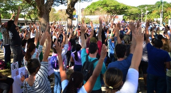 Servidores da Unicamp em greve deixam reitoria após decisão judicial