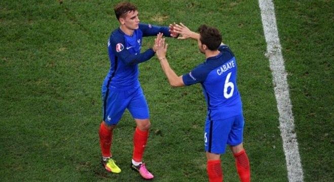 Francês Griezmann deixa o campo durante jogo da Euro-2016