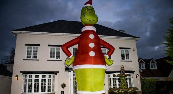 Grinch inflável gigante comprado por engano gerou ato de solidariedade