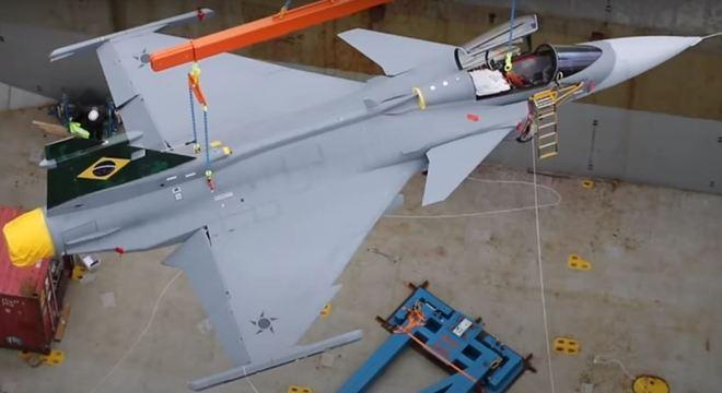 Primeiro caça Gripen foi entregue ao governo brasileiro no último domingo (20)