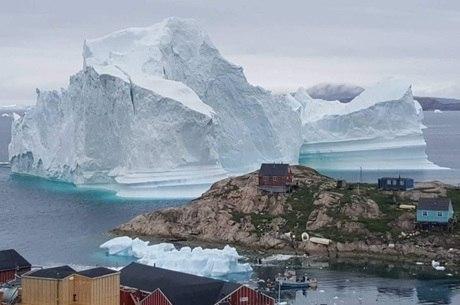 Iceberg ameaça casas do vilarejo de Innaarsuit
