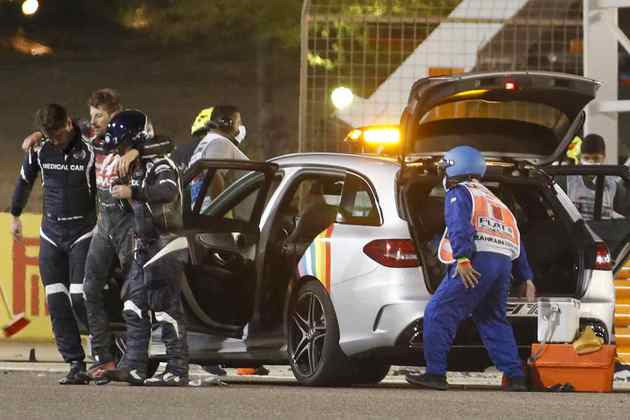 Grosjean no carro médico após a batida.