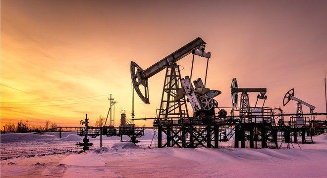 A facilidade de extração de petróleo, as relações comerciais e externas do país e sua política tributária influenciam a rentabilidade da produção