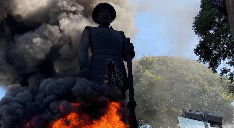 Grupo ateou fogo a estátua de Borba Gato, na zona sul de São Paulo, em 24 de julho