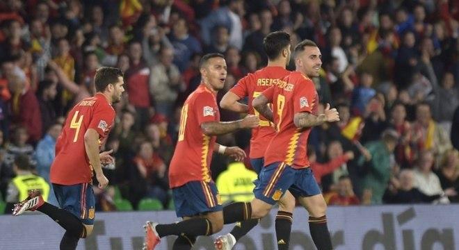 Grupo D - A Espanha foi surpreendia pela Inglaterra em casa (2 x 3) e perdeu a invencibilidade, mas segue líder da chave. Uma vitória diante da Croácia no dia 15, fora de casa