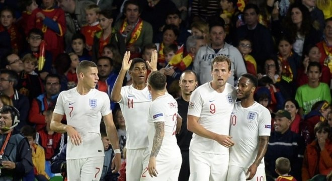 Grupo D - ao empatar com a Croácia e vencer a Espanha, os ingleses ganharam sobrevida. A equipe britânica precisa torcer para a Espanha perder da Croácia e, depois, têm que de