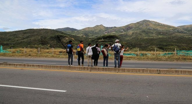 Grupo de venezuelanos pede carona