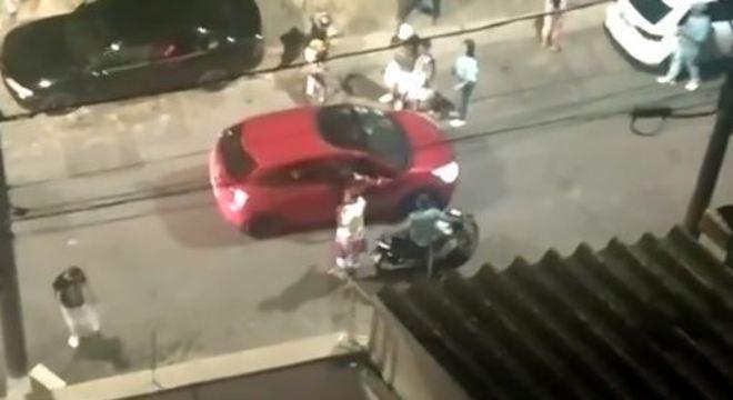 Grupo foi expulso de uma festa que acontecia no final da rua