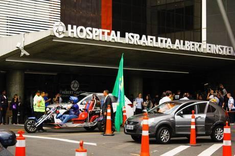 Grupo de simpatizantes aguarda saída de Bolsonaro do hospital