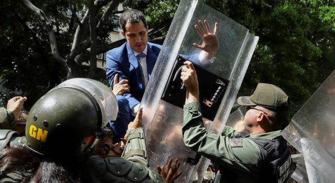 Juan Guaidó e outros opositores foram impedidos de entrar na sede do parlamento