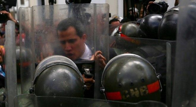 Guaidó é barrado por policiais na entrada da Assembleia Nacional da Venezuela
