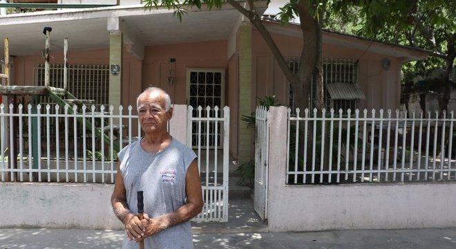 Gerardo Serra, como muitos outros vizinhos de Guanta, varre a frente de sua casa diariamente para evitar o acúmulo de poeira de cimento