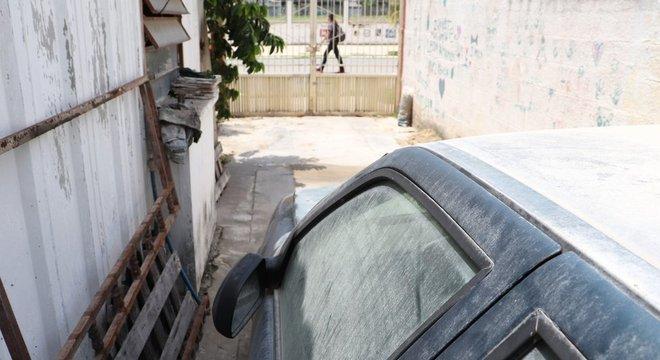 Os vizinhos reclamam que, quando chove, detritos formam uma camada de cimento em carros, casas e vegetação