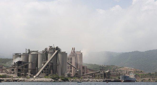 A fábrica deveria ter filtros que reduzem seu efeito contaminante, mas estão danificados e não cumprem sua função