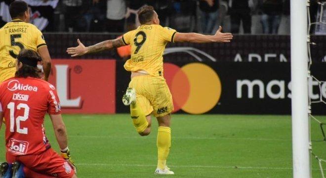 Cobrança de falta perfeita de Fernando Fernández. Gol fatal ao Corinthians