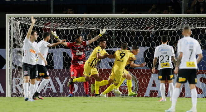 Jogadores do Corinthians ficaram reclamando de impedimento no gol do Guaraní