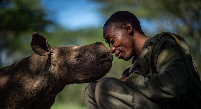 Martin Buzora capturou a cena comovente de um guarda florestal com um filhote de rinoceronte negro