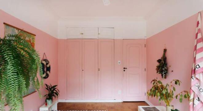 Guarda roupa rosa e branco