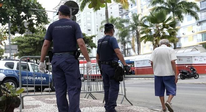 Guardas fazem bloqueios na orla de Santos para impedir aglomerações