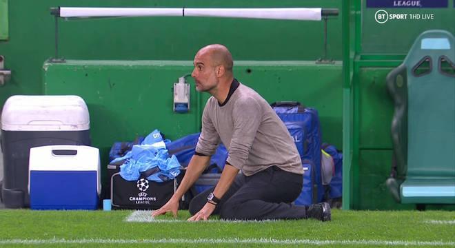 O genial Guardiola se desespera, de joelhos. Nove anos sem ganhar a Champions