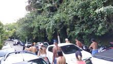 Turistas furam bloqueios no litoral no início de feriadão em São Paulo