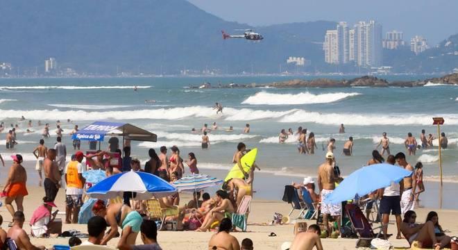 Resgate de banhista pelo helicóptero da Policia Militar, na Praia de Pitangueiras, na cidade de Guarujá