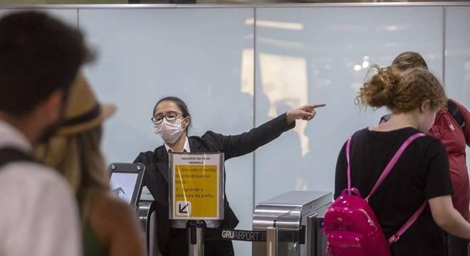 É apontada a necessidade de evitar locais muito populosos e utilizar máscaras