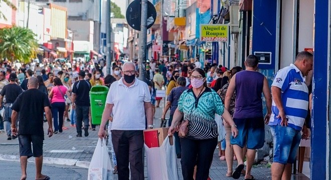 Pedestres  na rua Dom Pedro II, na cidade de Guarulhos, nesta sexta