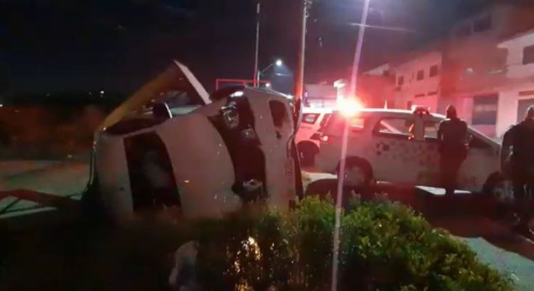 Carro capota após sequestro relâmpago em Guarulhos
