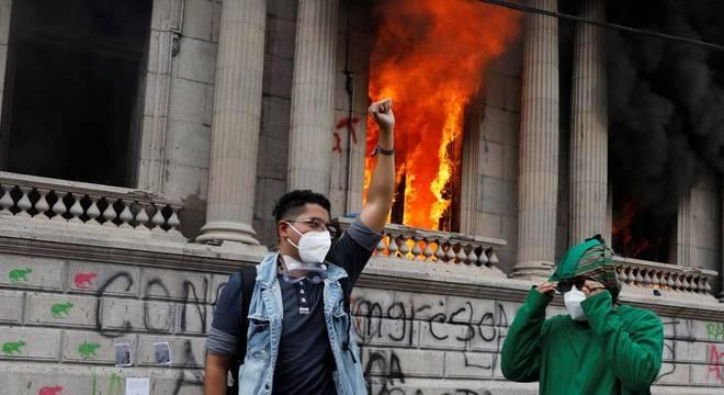 Manifestantes colocam fogo em sede do Congresso da Guatemala