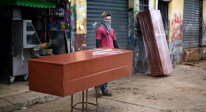 Caixões de metal são vendidos nas ruas de Guayaquil, maior cidade do Equador