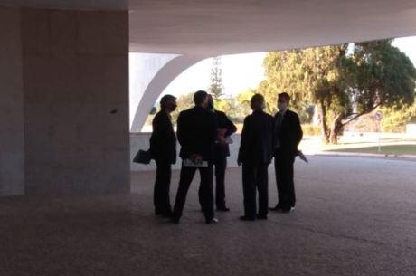 Guedes e secretários aguardando a reunião no Planalto