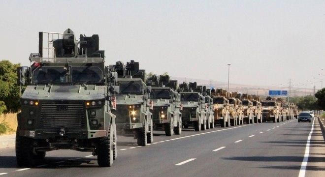 Comboio militar turco em Kilis, perto da fronteira da Turquia com a Síria