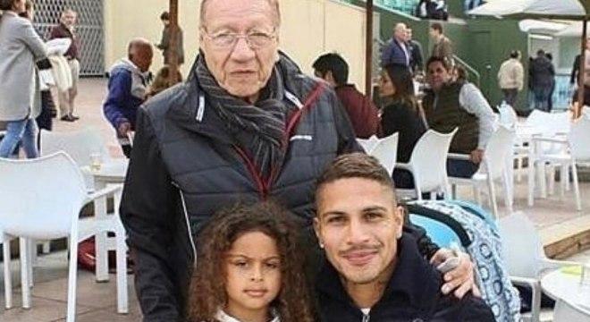 Impossibilitado de jogar e treinar, Guerrero está no Peru com a família