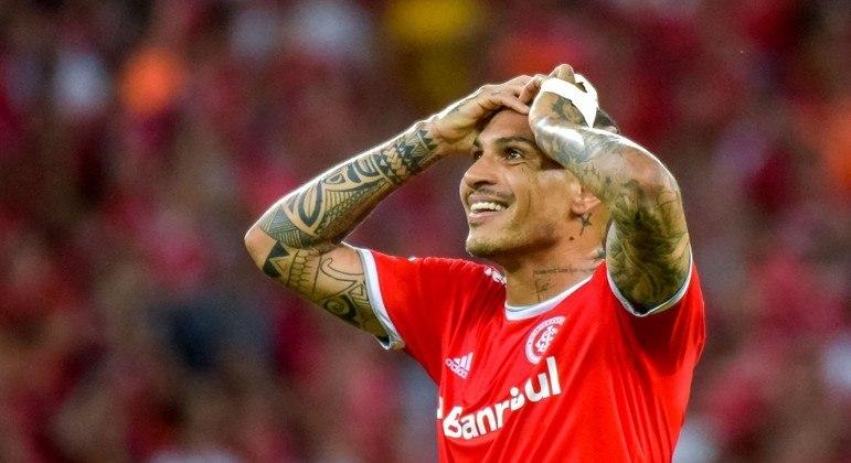 Atacante Paolo Guerrero se envolveu em acidente em Porto Alegre