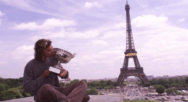Gustavo Kuerten comemorou bicampeonato de Roland Garros em Paris