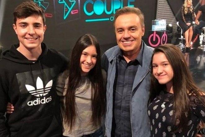 O filho de Gugu Liberato, João Augusto Liberato, mostra em seu Instagram diversos momentos em família e homenagens ao pai. No ano passado, postou esta foto ao lado das irmãs gêmeas, Marina e Sofia, no Dia dos Pais