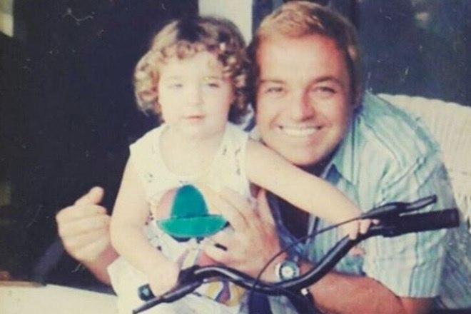 Ele também relembrou o passado postando uma foto enquanto era criança ao lado do pai