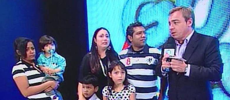 Família ajudada por Gugu se emociona ao relembrar encontro com o apresentador
