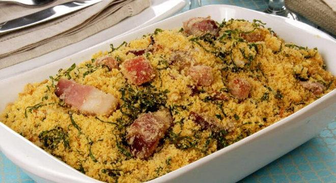 Guia da Cozinha - 5 receitas de farofa com bacon para testar em casa