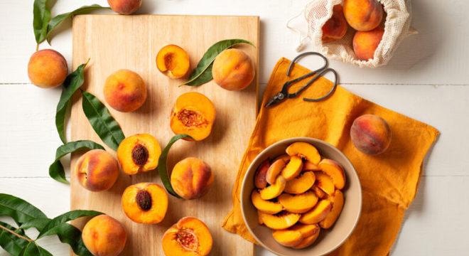 Guia da Cozinha - 7 receitas com pêssego para sobremesas deliciosas