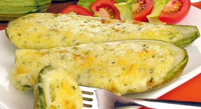 Guia da Cozinha - Abobrinha recheada aos 3 queijos: irresistível e prática