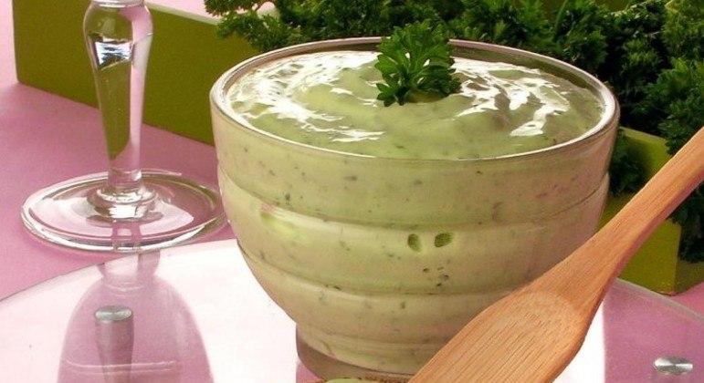 Guia da Cozinha - Aprenda a fazer maionese verde e maionese de manjericão