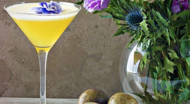 Guia da Cozinha - Aprenda a fazer o drink de saquê com maracujá