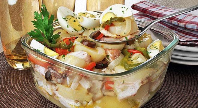 Guia da Cozinha - Bacalhoada portuguesa deliciosa e fácil de fazer