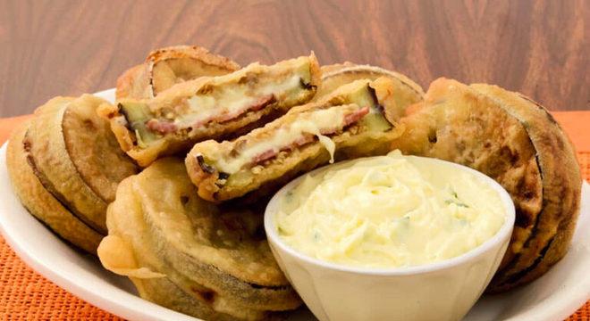 Guia da Cozinha - Berinjela recheada e empanada: crocante e fácil de fazer