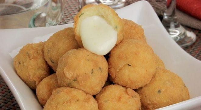 Guia da Cozinha - Bolinho de purê recheado com queijo diferente e cremoso
