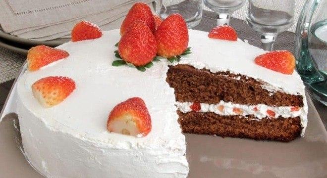 Guia da Cozinha - Bolo de chocolate com morango sem lactose para a Páscoa